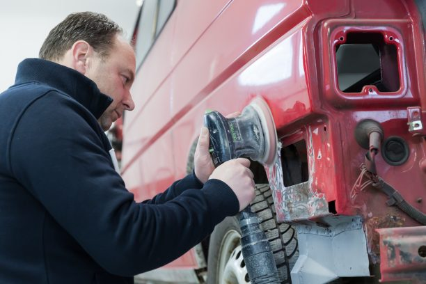 Schleifarbeiten an der Fahrzeugkarosserie